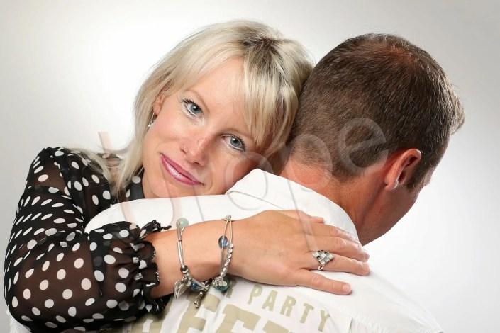 Photo d'un tendre en couleur d'un couple avec une femme blonde