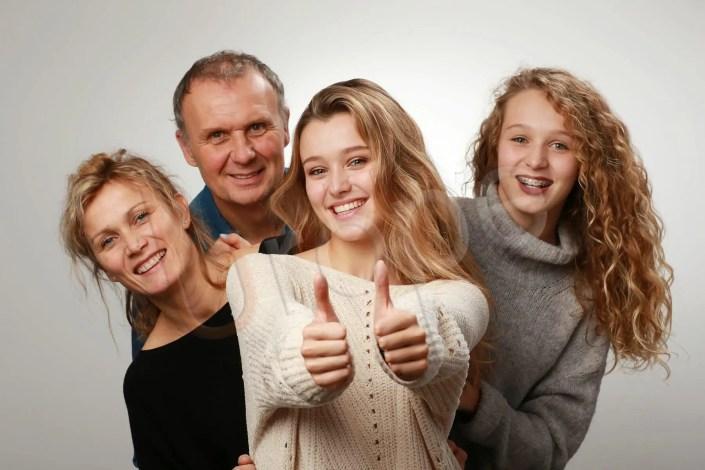 Photo d'une famille avec 2 adolescentes en studio