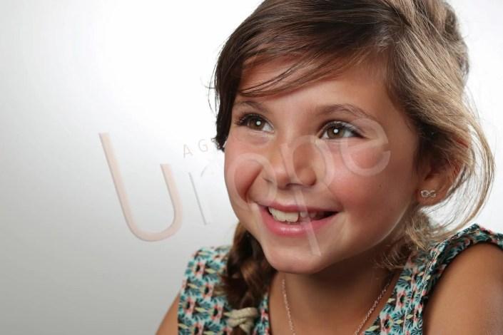 Photographie d'enfant qui regarde le projecteur Elynchrom