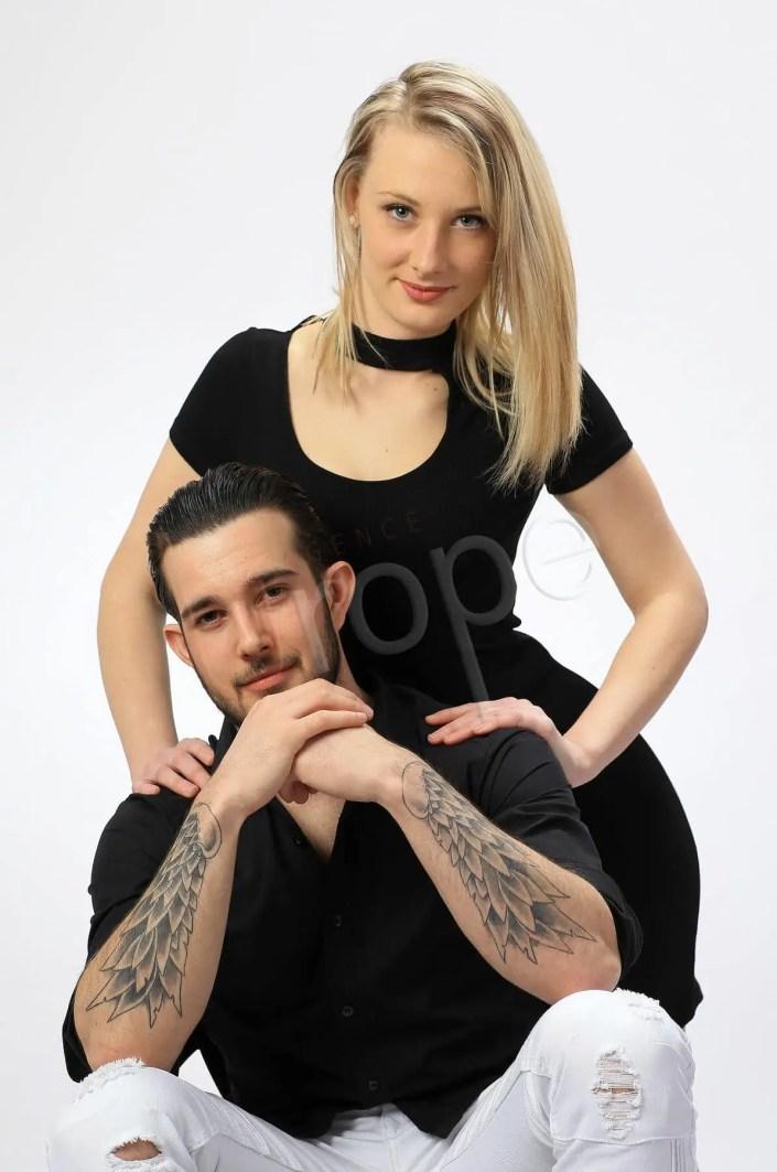 Photo d'un couple dont l'homme est tatoué sur les bras