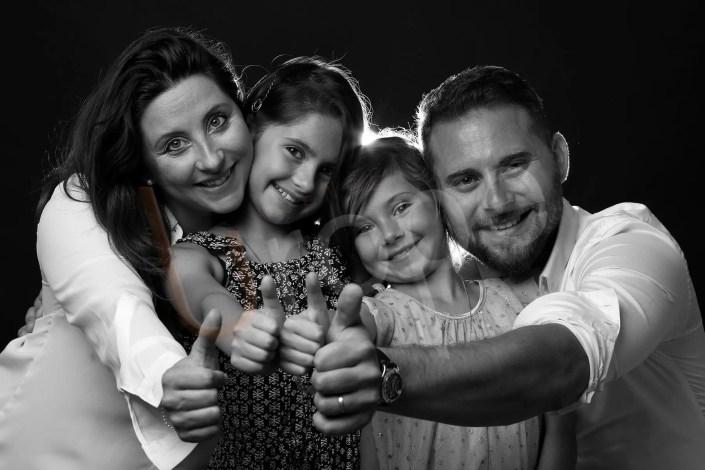 Image d'une famille en noir et blanc avec 2 jeunes filles