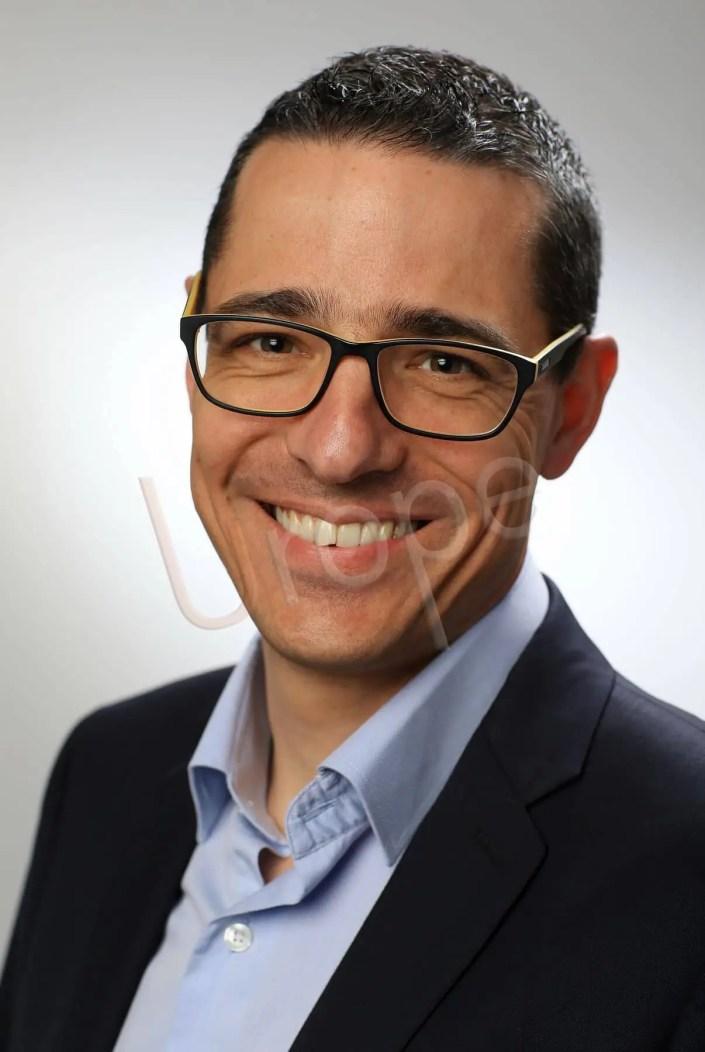 Portrait corporate en couleur d'un homme souriant
