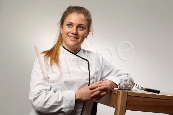 Portrait professionnel d'une femme chef de cuisine dans le studio de l'Agence Urope pour un CV original