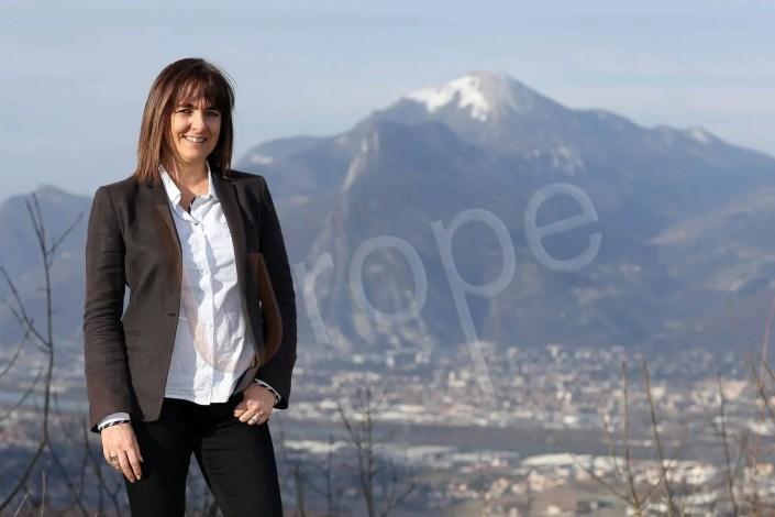 Photo de CV d'une femme politique lors d'une séance de prise de vue avec Grenoble en arrière-plan