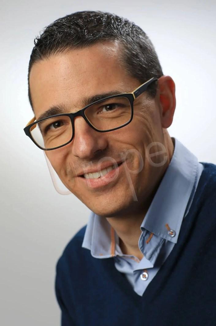 Image professionnelle d'homme d'affaires avec lunettes sur fond blanc