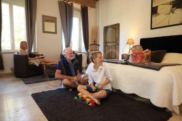 Séance de prise de vue de grands parents et d'enfant pour illustrer un gîtes en Isère