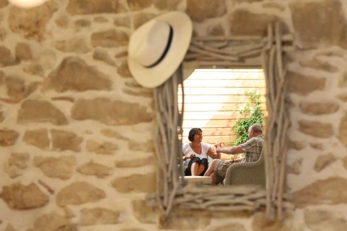 Photo de figurants dans le miroir d'une chambre d'hôtel