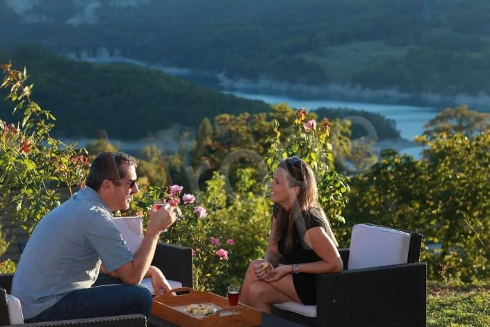 Photo couple en terrasse d'un gîte devant un lac