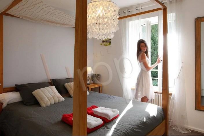 Photo d'une femme dans une chambre d'hôtel