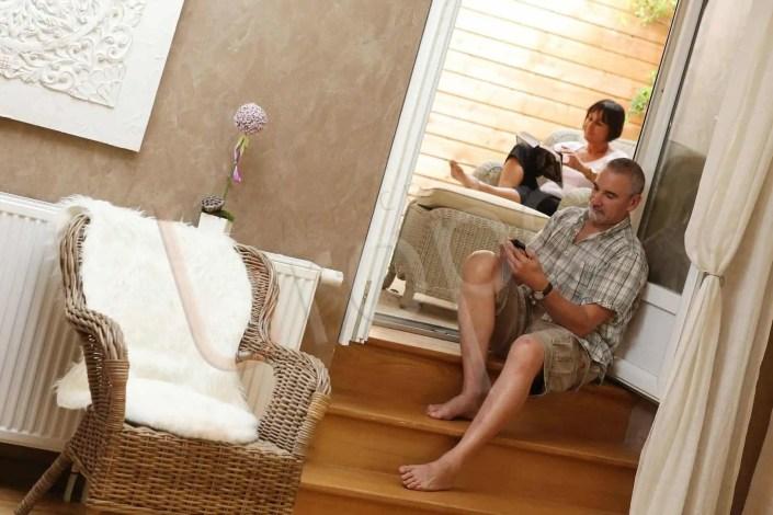 Photo d'une chambre d'hôtel où un couple se détend en lisant