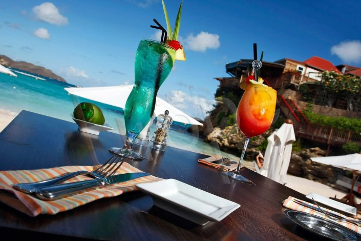 Image de cocktails sur une table de restaurant sur la plage à Saint-Barth