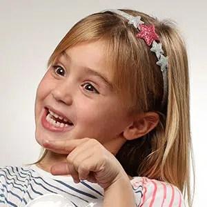 Photo d'un jeune fille étonnée en studio