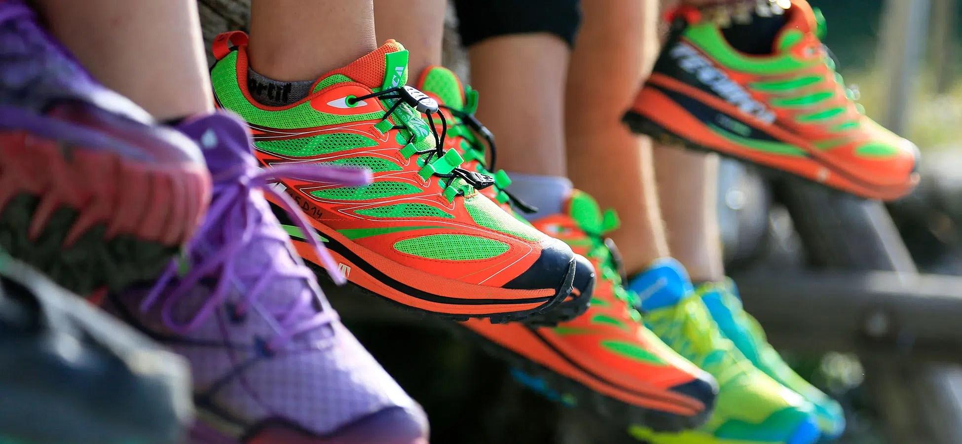 Photographies de chaussures de marque en extérieur