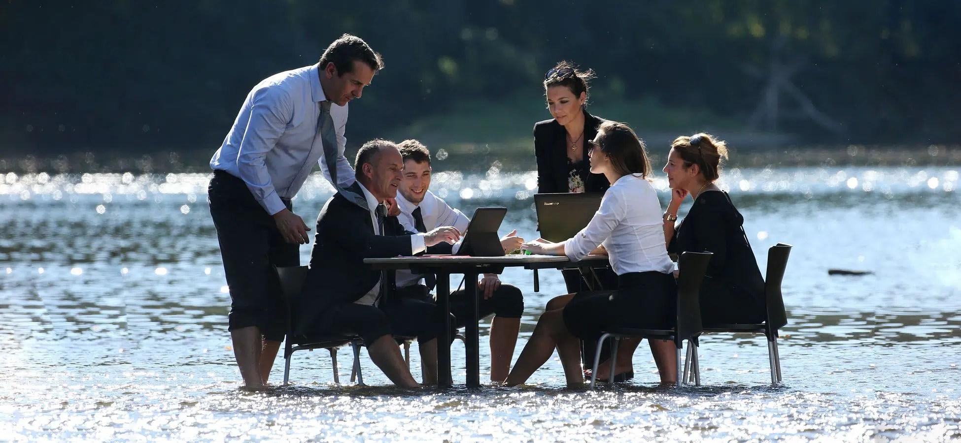 Image d'une réunion dans l'eau de la Dordogne pour du tourisme Incentive