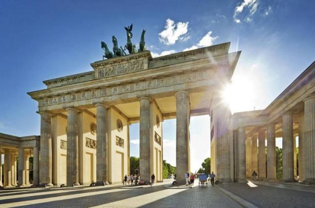 بوابة براندنبورغ تعد من اهم اماكن السياحة في برلين