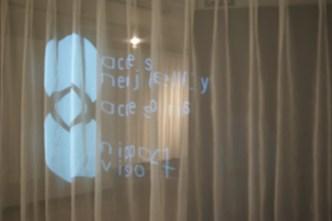 会場の薄いカーテンにNIPPON VISIONのロゴ
