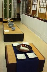 畳を敷いた台のカフェ&展示スペース