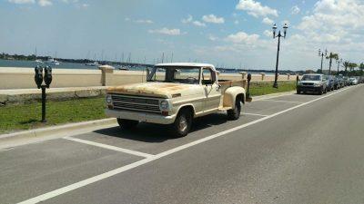 Parkender Oldtimer am Straßenrand in Florida