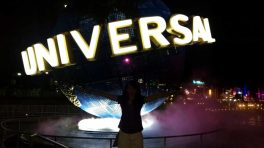 Rießiger Universal Studios Globus am Eingangsbereich