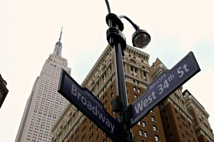Das Empire State Building in New York von unten nach oben fotografiert.