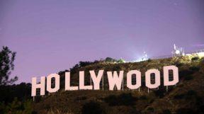 Das legendäre Hollywood Sign in den Hollywood Hills in Los Angeles bei Abenddämmerung.