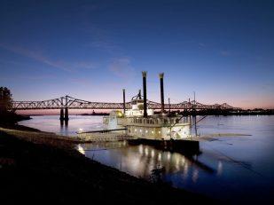 Riverboat Cruises (Schaufelrad) auf dem Mississippi