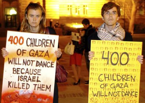 Photo by Mantas Zvinakevicius | Julia Pitt, a Cal State Northridge student, and Eric Gardner, a UCLA employee, protest Israel