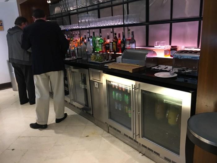 各种酒水、饮料、杯具,以及烤面包机