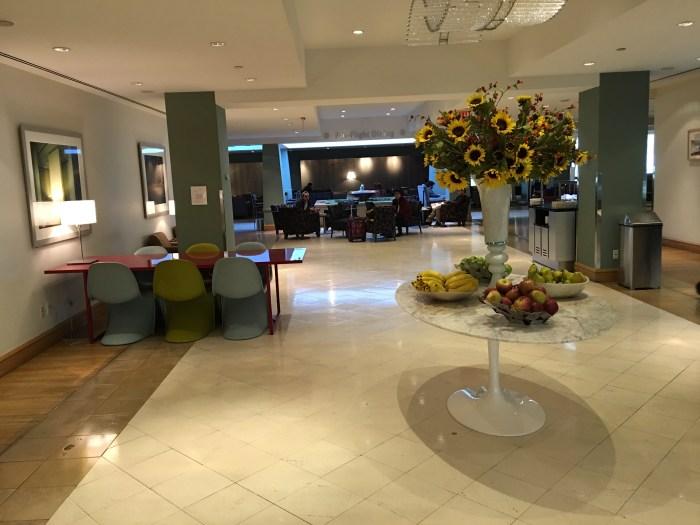 商务休息区的照明设计与桌椅布置