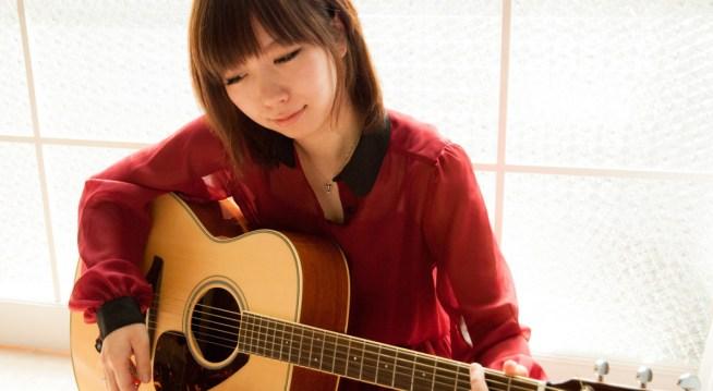 ギターと女性