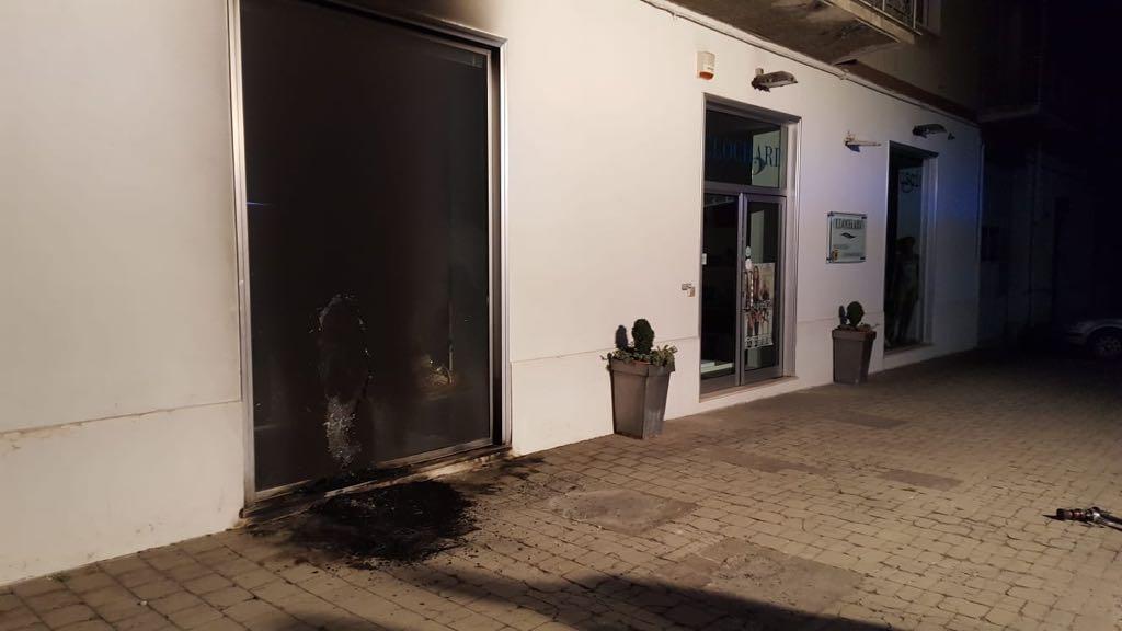MONTESARCHIO: Vetrina di un negozio in fiamme