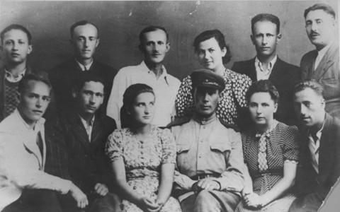 Portrait de groupe de quelques-uns des participants au soulèvement du camp d'extermination de Sobibor. Pologne, août 1944.