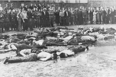 La multitud observa el resultado de la masacre en Lietukis Garage, donde nacionalistas lituanos a favor de Alemania mataron a más de 50 hombres judíos. A las víctimas las golpearon, les arrojaron agua con mangueras y luego las asesinaron con barras de hierro.  Kovno, Lituania, 27 de junio de 1941.