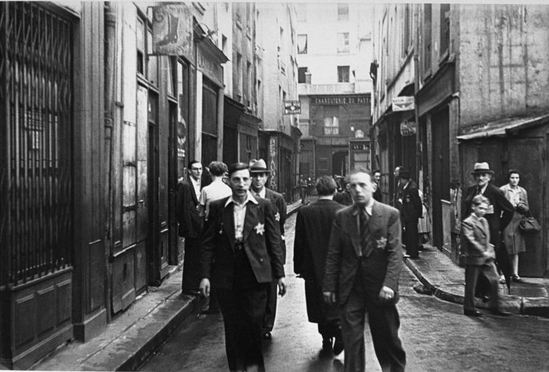 En el barrio judío de París, hombres judíos llevan el parche amarillo obligatorio. Francia, después de junio de 1942.