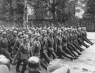 Pasukan Jerman berparade di Warsawa setelah Polandia menyerah. Warsawa, Polandia, 28-30 September 1939.