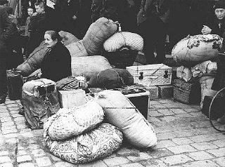 Los refugiados de los Sudetes, después de su anexión por Alemania, llega a Praga.  Praga, Checoslovaquia, ca.  Octubre de 1938.