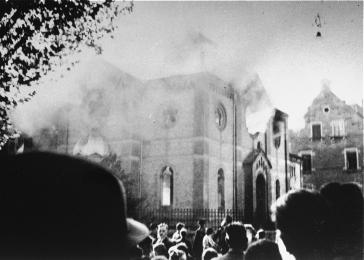 Residents view the burning of the Solitudestrasse synagogue in Ludwigsburg that was set on fire during the Kristallnacht. pogrom.<i>;