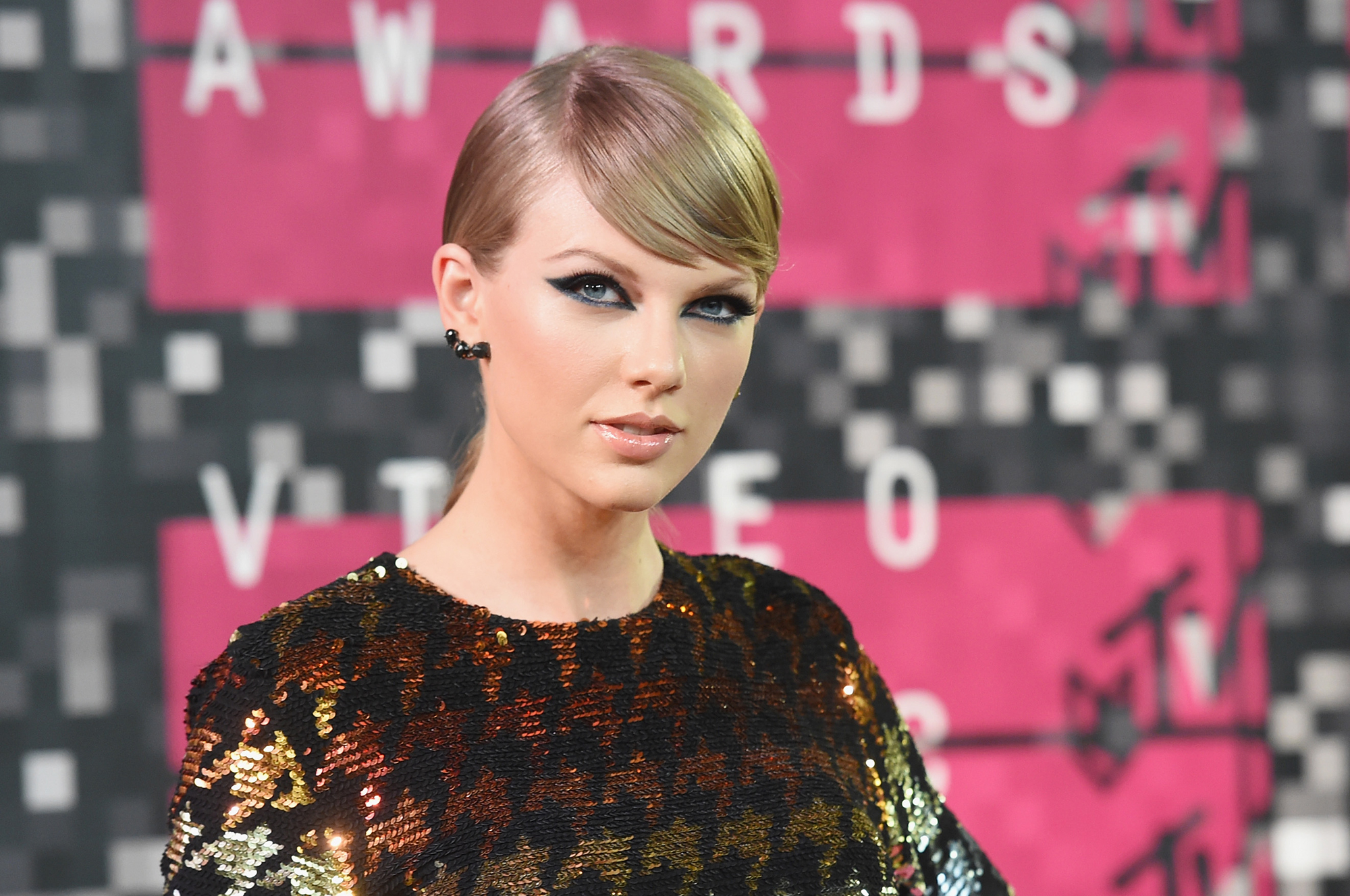 Taylor Swift gifts wedding day fans with champagne