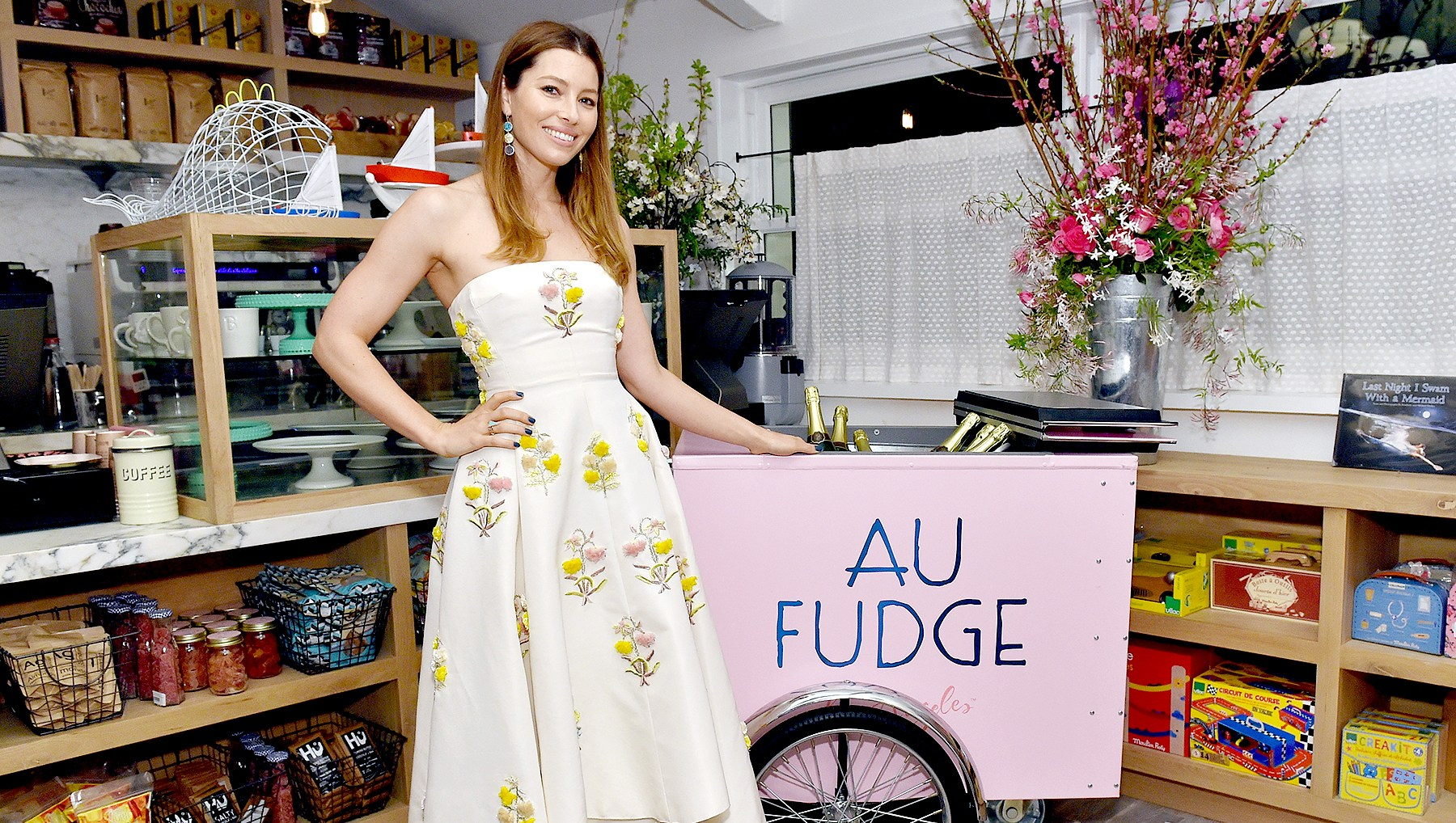 Jessica-Biel-Au-Fudge-closing