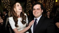 Anne Hathaway Josh Gad Love And Other Drugs