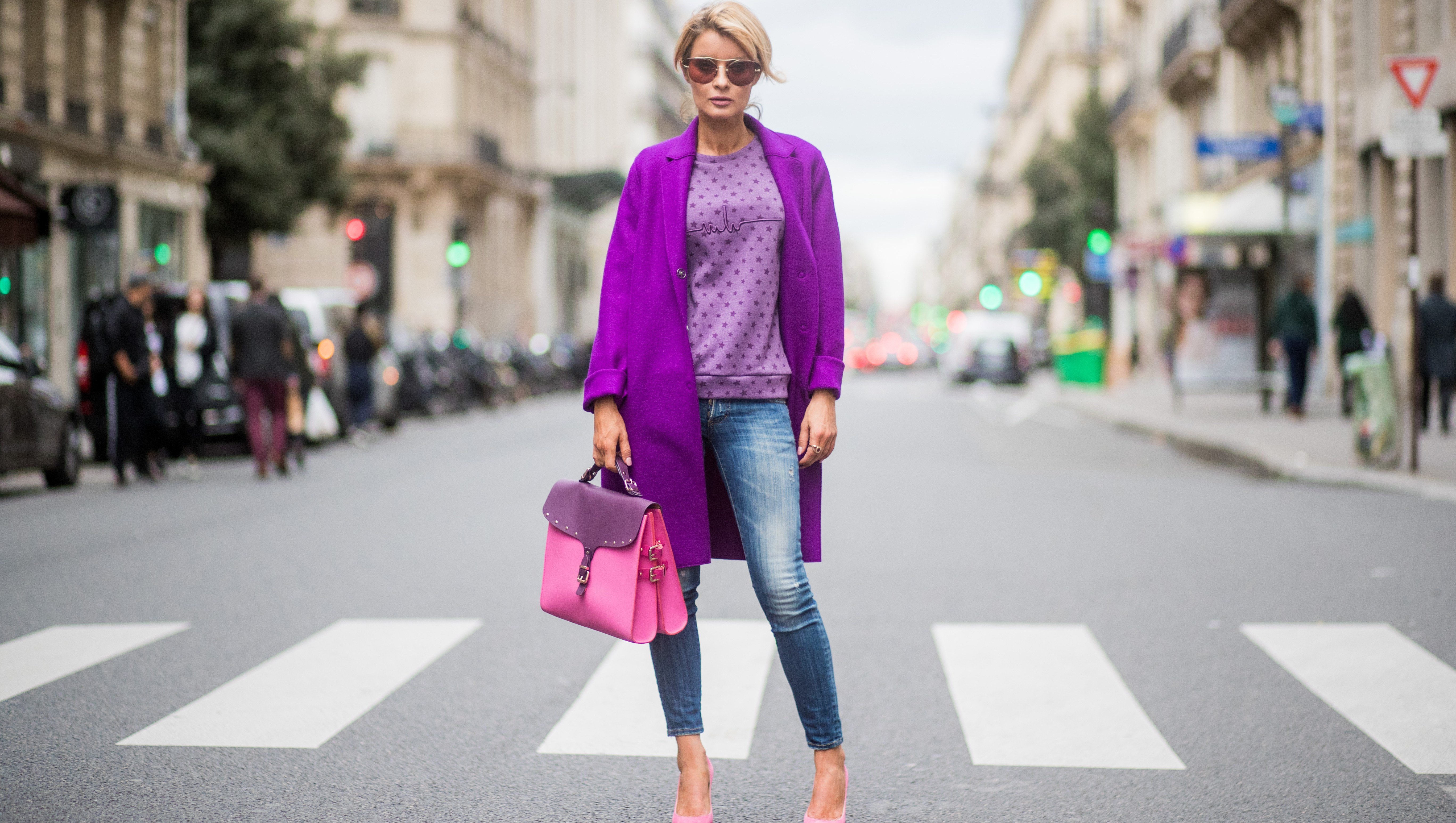 skinny jeans street style purple sweater pink bag