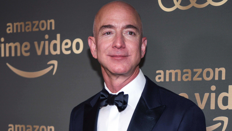 Jeff-Bezos-Ditches- Wedding-Ring-at- First-Public-Event-Since-Lauren- Sanchez-Affair- News