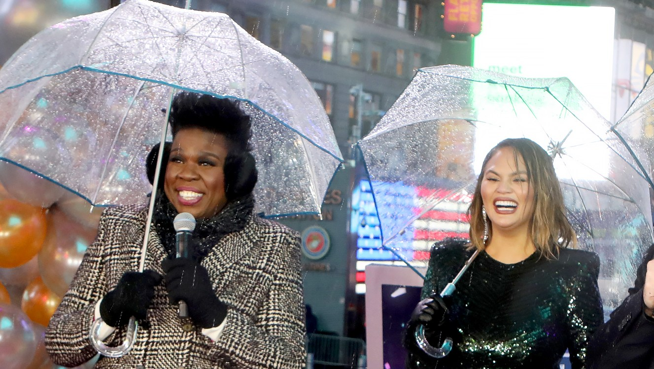 Leslie-Jones-Apologizes-After-Hilariously-Hitting-Chrissy-Teigen-in-the-Face-With-an-Umbrella