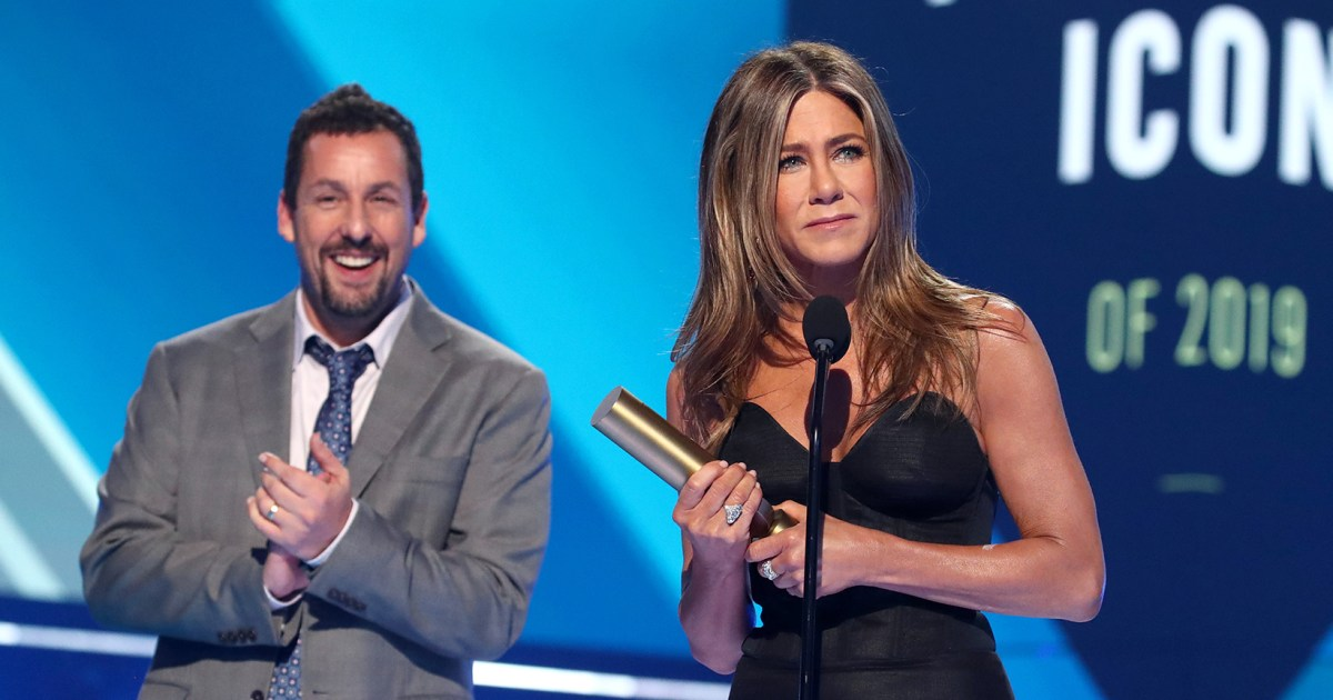 Jennifer Aniston Accepts the People's Icon Award From Friend Adam Sandler at the 2019 People's Choice Awards - Us Weekly