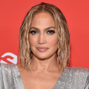 Jennifer Lopez Glows Makeup-Free the Morning After the AMAs