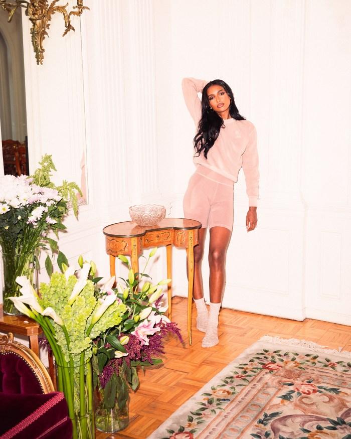 OVO Drop de Drake avec Jasmine Tookes a les vêtements de détente d'été parfaits: Photos