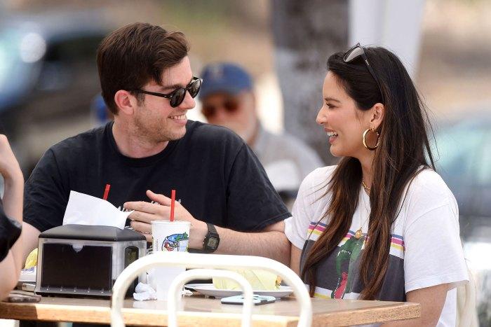 Olivia Munn, enceinte, montre les progrès de Baby Bump dans une nouvelle photo avec John Mulaney mangeant des lunettes de soleil souriantes