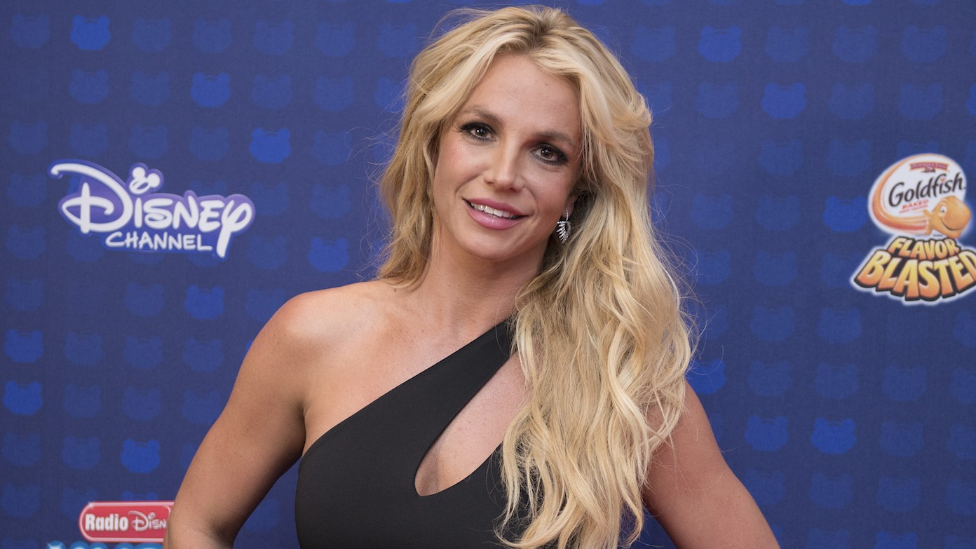 Britney Spears Screams as She Gets Spooked in Her Kitchen