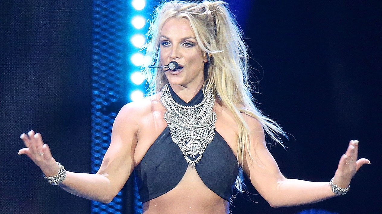 Britney Spears, performs live