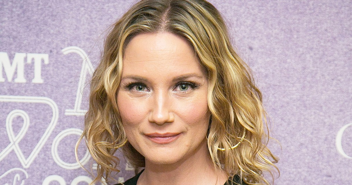 Jennifer nettles opens up her bag for us weekly video winobraniefo Gallery